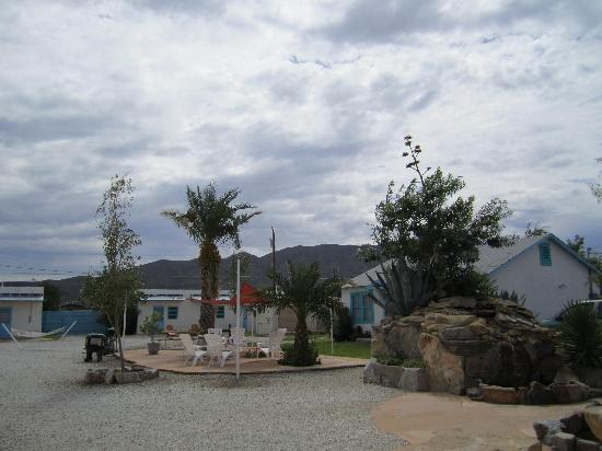 La Paloma Hot Springs & Spa: Courtyard with BBQ, hammocks, fire pit and picnic table