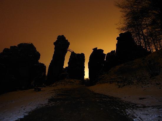 Externsteine: Nachts sind erscheinen die Steine fast gespenstisch