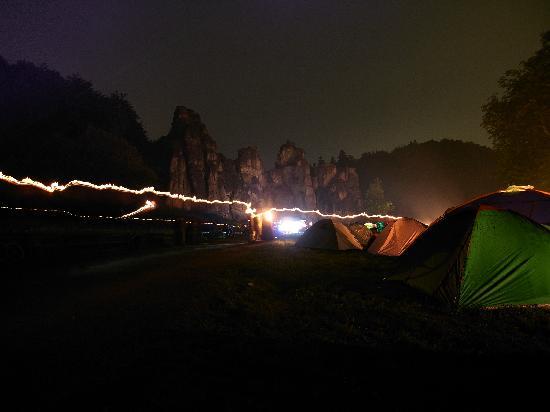 Horn-Bad Meinberg, Alemania: Zur Sommersonnenwende versammeln sich viele Menschen friedlich an den Externsteinen