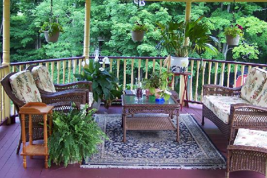 Fairlawn Inn: A comfortable place to relax on the upstairs gazebo
