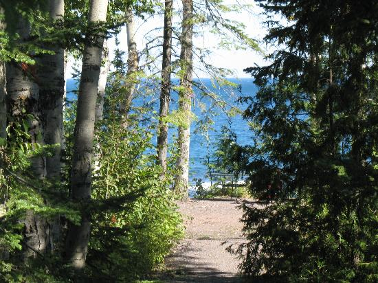 Eagle Lodge and Lakeside Cabins : Path to lake from 2 bedroom deluxe
