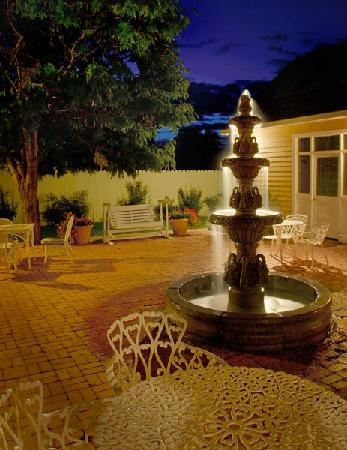 Heritage Inn Bed and Breakfast: Courtyard Waterfall