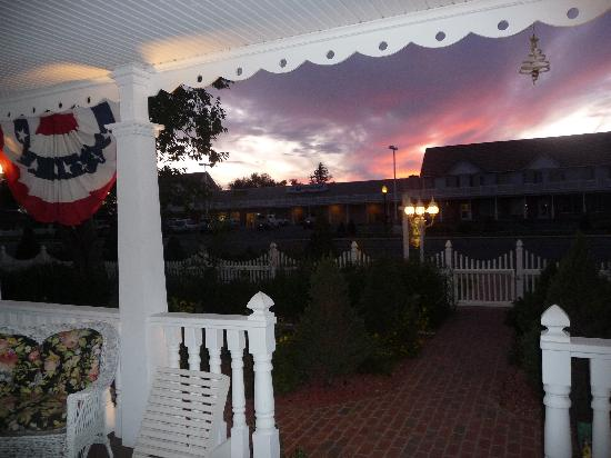 Heritage Inn Bed and Breakfast: Beautiful Sunsets from the Front Porch