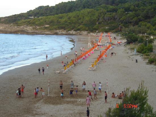 Crovatico Centro Vacanze: la spiaggia  vista dal punto più alto del villaggio