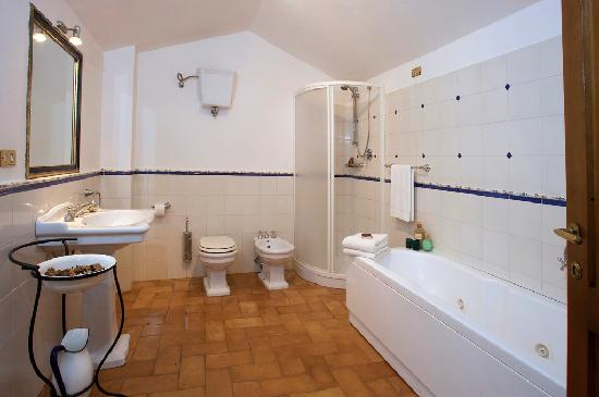 Brigolante Guest Apartments: Relax with a jetted tub in our bathrooms