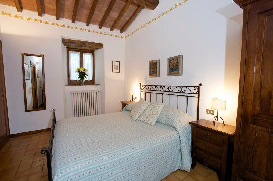 Brigolante Guest Apartments: La Stalletta's bedroom has an exposed beam ceiling