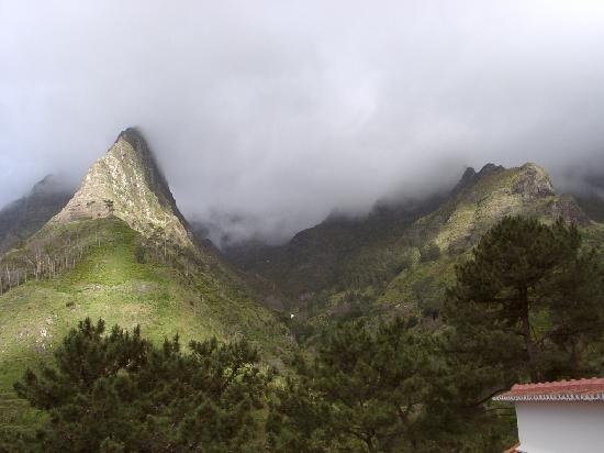 Dorisol Pousada dos Vinhaticos: Views of misty mountain peaks from our room