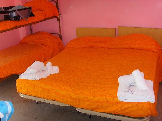 Miramare, อิตาลี: letto asimmetrico con sporcizia sul copriletto e pavimento