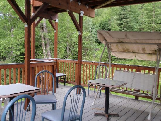 Moose Den Bed & Breakfast: Deck