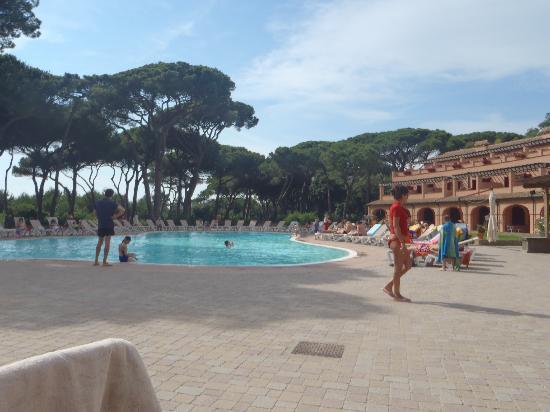 Corte dei Tusci: le piscine e il parco