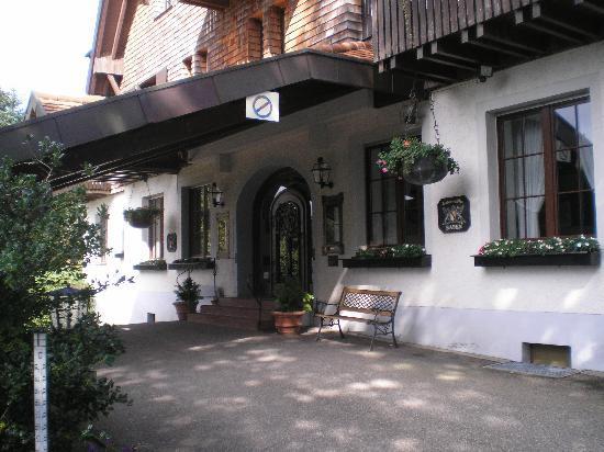 Hotel Luisenhöhe: Entrance to the Hotel Luisenhohe
