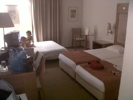 โรงแรมเอเทรียน: family room