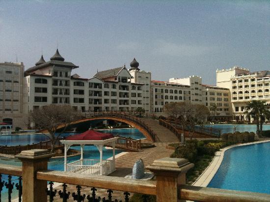 โรงแรมมาร์เดนพาเลซ: Blick über den Pool