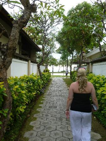 The Samaya Bali Seminyak: Walking to the beach