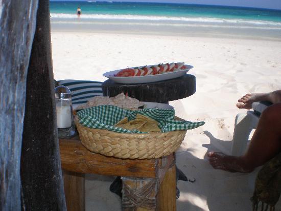 Hotel Kin Ha Pueblo: Repas direct sur la plage Kin ha playa!!