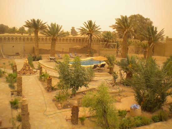 Auberge Chez Tihri 'Suerte Loca': La piscina vista desde la terraza