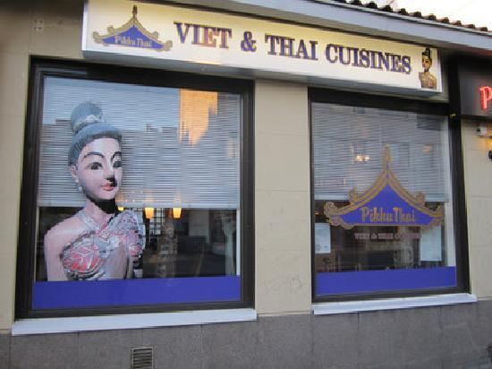 Pikku Thai : the windows on the street