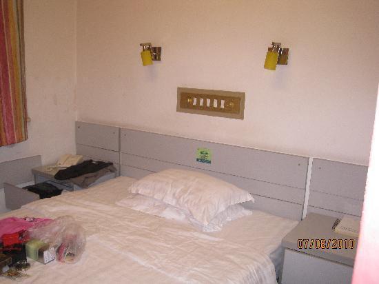 Zhong An Inn (Dong Dan Hotel): bed