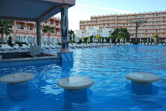 ClubHotel Riu Guarana: bar de la piscina, venga liquido para el cuerpo!!!!