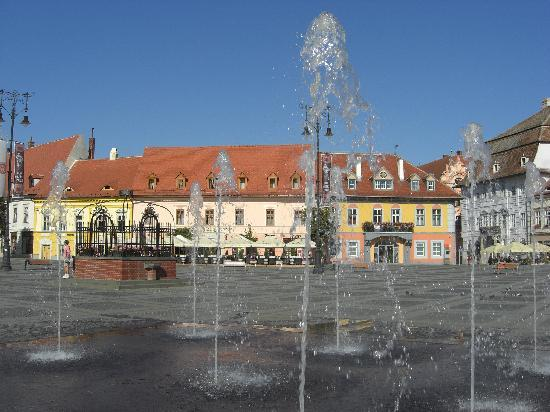 Sibiu, Romania: Springbrunnen auf dem großen Platz