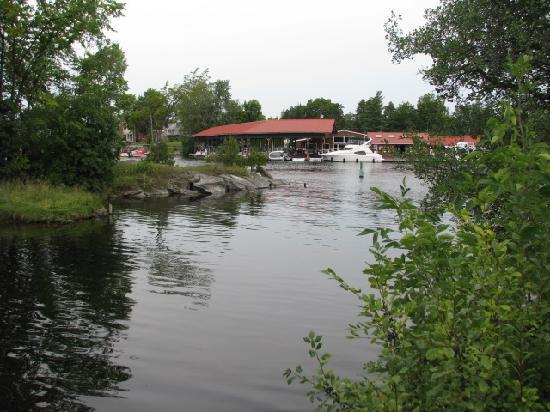 Bobcaygeon, Kanada: View of canal near restaurant
