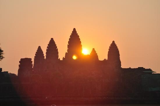Skyway Hotel: Sunrise at Angkor Wat