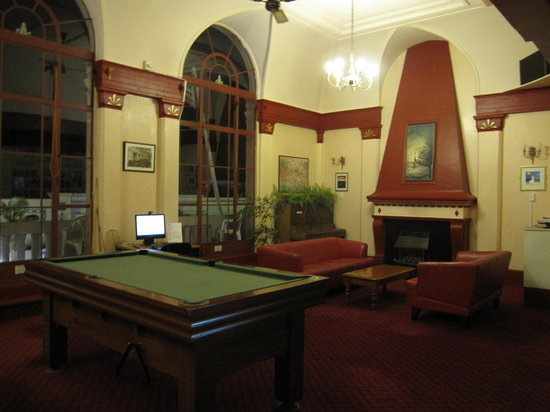 Criterion Art Deco Backpackers : Fireplace and pool table at the lounge