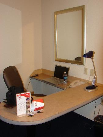 Red Roof Inn El Paso East: workstation for computer (laptop not included!)