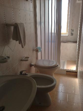 Hotel Residence Sciaron : Il bagno della nostra stanza non è così piccolo