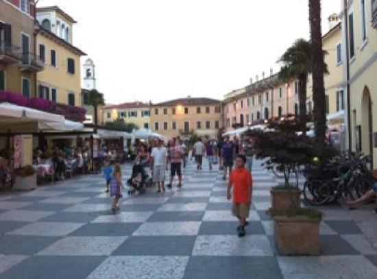 Hotel Al Pescador : Marktplatz in Lazise (Mittwoch immer Markt!)