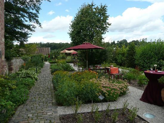 Kloster Hornbach: Kräutergarten m. Sitzecken