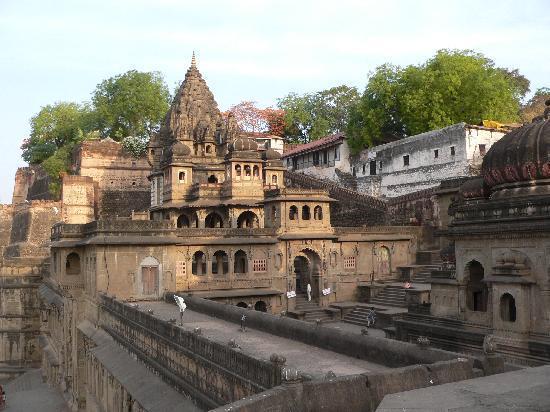 Maheshwar, Indien: Eines der Ghats am Narmeda