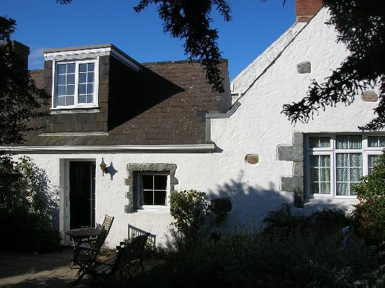 Clifftop Cottages: Le Petit Manoir Cottage