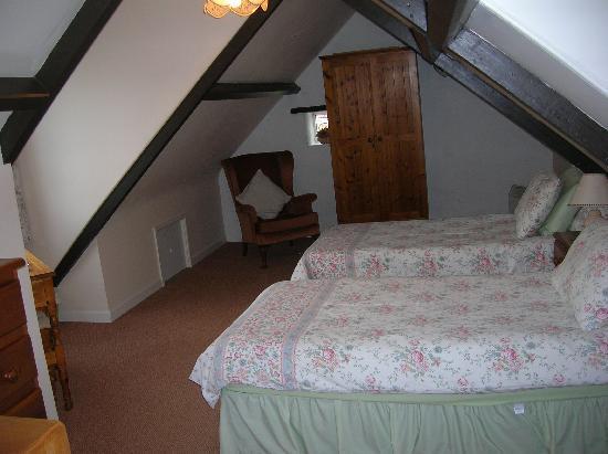 Clifftop Cottages: twin bedroom