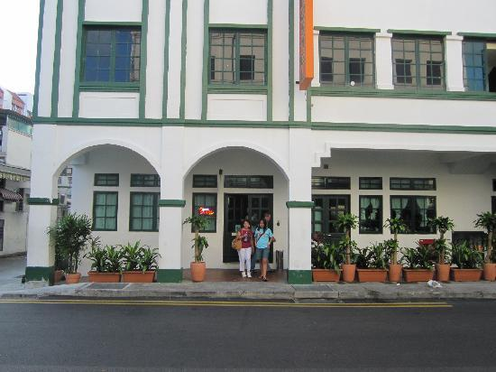 Footprints Hostel: entrance