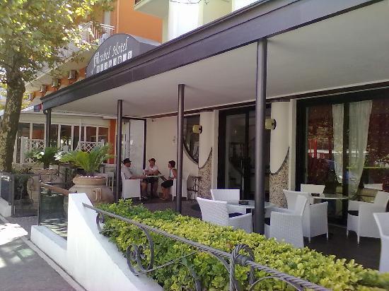 Hotel Arabel: la veranda dell'hotel