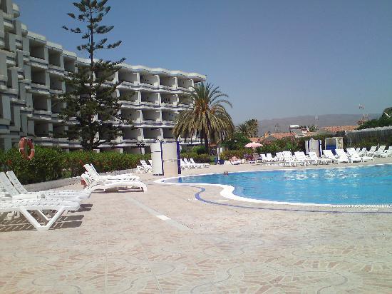 Tamaran Apartments: pool side view