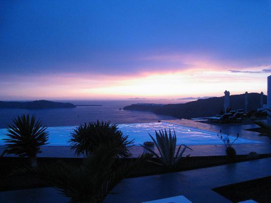 Anastasis Apartments: Sunset across the infinity pool