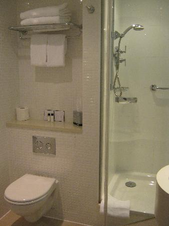 DoubleTree by Hilton Manchester Piccadilly: Very clean and roomy bathroom.