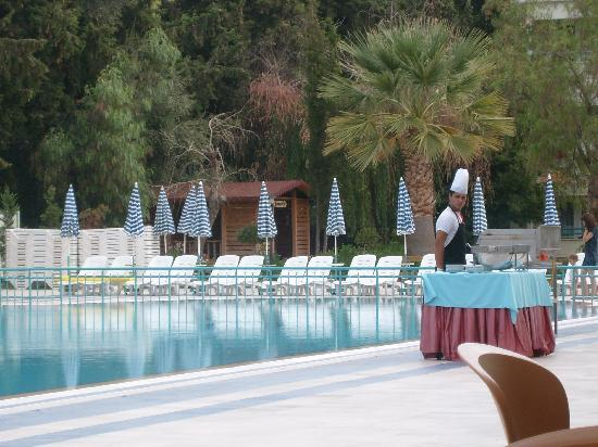 Luana Hotels Santa Maria: Breakfast: Pancakes or fried eggs cooked by the pool