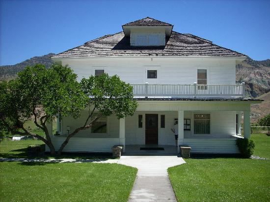 Best Western John Day Inn: Original John Day House, a sheep herder, open to the public