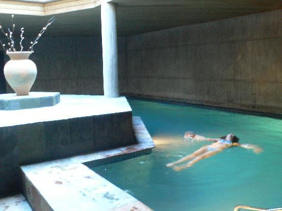 El Palauet de Monells: jane dans la piscine