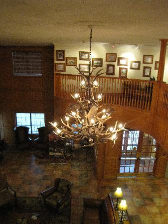 Best Western Dinosaur Valley Inn & Suites: Looking down on the lobby area.