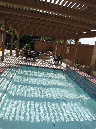 BEST WESTERN Dinosaur Valley Inn & Suites : Kiddy pool, hot tub, koi pond in the background