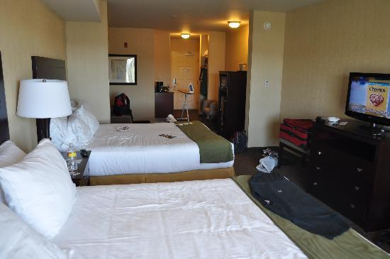 Holiday Inn Express & Suites Seattle North - Lynnwood: Our huge room
