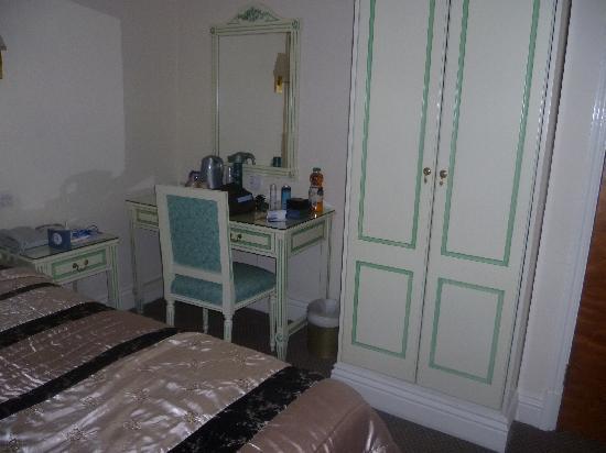 Richmond Inn Hotel: dressing table