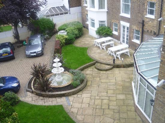 Richmond Inn Hotel: car park and gardens at back