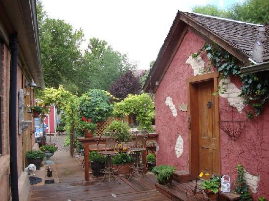 Cali Cochitta Bed & Breakfast: The Garden Cottage and grounds