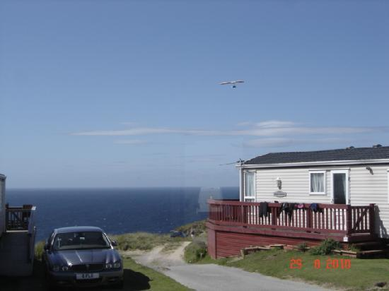Perran Sands Holiday Park - Haven: Free hanggliding show by the beach.