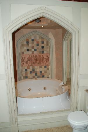 The Old Court: Jacuzzi